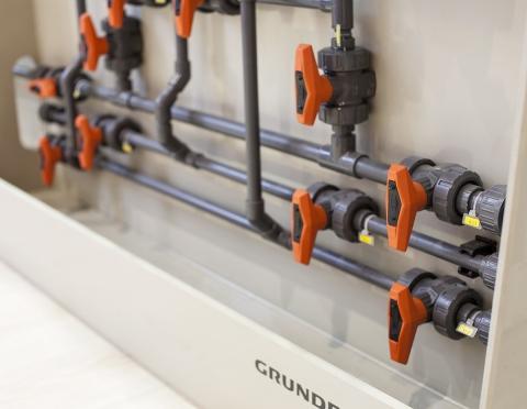 Система трубопроводов Georg Fischer из PVC-U, шаровые краны 546 на стенде известного производителя насосов