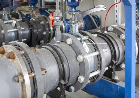 Дисковый затвор с рукояткой Z011-A (Ebro Armaturen) и кран шаровой 546 (Georg Fischer) в трубопроводе PVC-U (Georg Fischer)