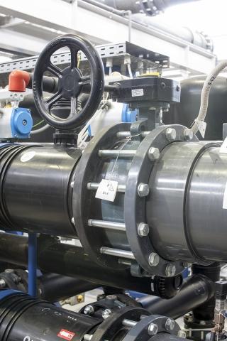 Дисковый затвор V973-016 на базе затвора Z011-A (Ebro Armaturen) с червячным редуктором и маховиком (Rotork) в трубопроводе PVC-U (Georg Fischer)