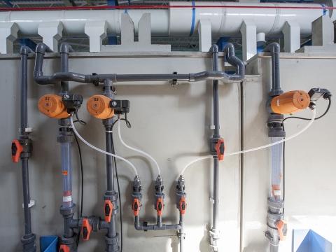 Пластиковый трубопровод из поливинилхлорида PVC-U с мембранными клапанами DIASTAR Six, ротаметрами 335, шаровыми кранами 546. Подача сжатого воздуха также частично сделана из PVC-U с последующим переходом на гибкую трубку с выходом на пилотные клапаны 6014