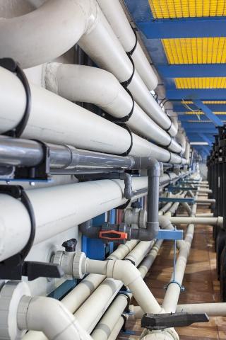 Трубопроводы из PVC-U и PP-H в одном помещении. Под каждую рабочую среду используется свой материал пластика