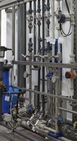 Обвязка установки обратного осмоса. Трубы и фитинги из PVC-U и PP-H c мембранными клапанами 514 и обратными клапанами 561, игольчатые вентили NV-0060, регулирующие шаровые краны VF-158, электромагнитные клапаны 6281 и 01.0xx.126, датчики электропроводности 8222, расходомеры 8036 и PF3W и многие другие элементы