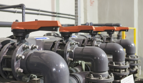 Пластиковые дисковые затворы 567 (Georg Fischer) с ручным управлением смонтированные в ПВХ трубу через накидные фланцы с фланцевыми адаптерами (буртами)